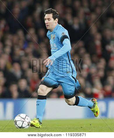 LONDON, ENGLAND - FEBRUARY 23: Lionel Messi of Barcelona runs with the ball during the Champions League match between Arsenal and Barcelona at The Emirates Stadium