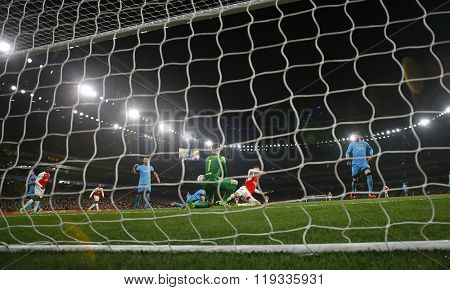 LONDON, ENGLAND - FEBRUARY 23: Marc-Andre ter Stegen of Barcelona makes a save from Olivier Giroud of Arsenal during the Champions League match between Arsenal and Barcelona at The Emirates Stadium