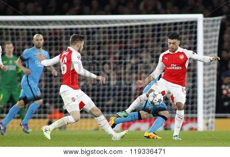 LONDON, ENGLAND - FEBRUARY 23: Aaron Ramsey and Alex Oxlade-Chamberlain of Arsenal during the Champions League match between Arsenal and Barcelona at The Emirates Stadium