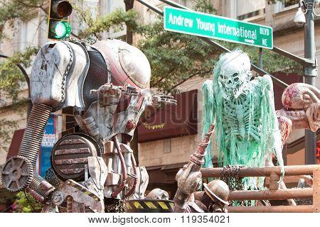 Science Fiction Creatures Scare People At Atlanta Dragon Con Parade