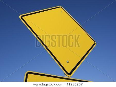 Leere gelb Straßenschild vor einem tiefblauen Himmel