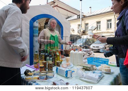 MOSCOW, Russia - may 05, 1012, Trade in the products on the Tverskaya streets, Moscow