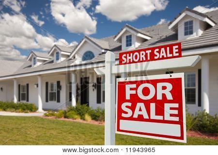 Curto venda casa para venda imobiliário sinal na frente de casa nova - direita enfrentando.