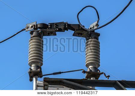high-voltage insulators electric current