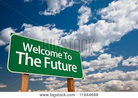Bienvenidos a la señal futuro verde con sala de copia sobre el dramático nubes y cielo.
