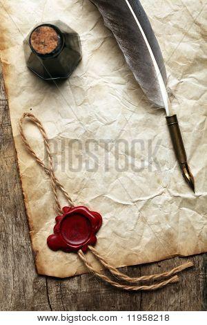 Papel en blanco con el sello de cera, pluma & tinta