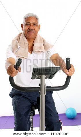 Minoría Senior hombre resolviendo situado sobre un fondo blanco