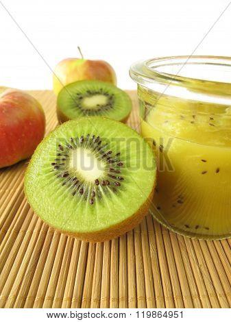 Jam with kiwifruit and apple