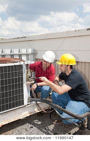 Tauchlehrer Züge Schüler Klimakompressor reparieren.
