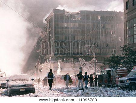 NOVA YORK - 11 de setembro: Passeio de pedestres perto da área conhecida como Ground Zero após o colapso da