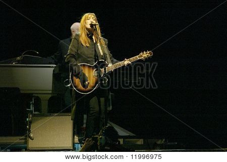 NEW YORK - OCTOBER 4: Musician Patti Scialfa, of the E Street Band, performs her last show for the 2002-03 World Tour at Shea Stadium October 4, 2003 in Flushing, New York.