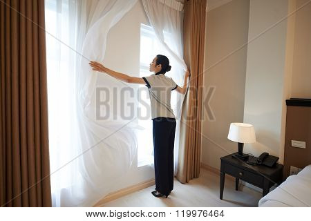 Adjusting curtains