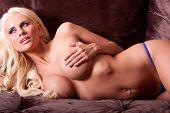 Постер, плакат: Сексуальная женщина топлес в gstring