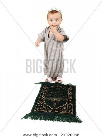 little muslim kid is assuming what prayer to pray