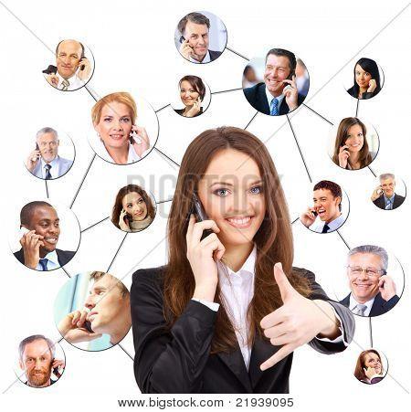 Um grupo de pessoas falando no telefone
