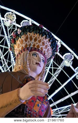 Lady-Glück-Statue in einen Vergnügungspark in der Nacht