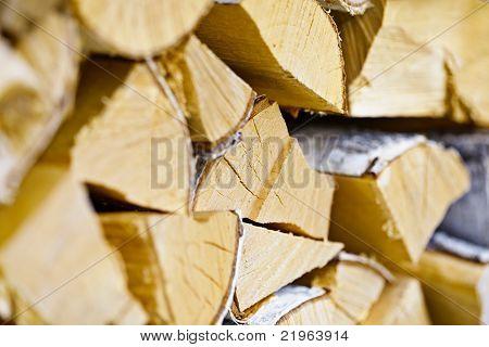 Troncos de abedul en la pila de leña