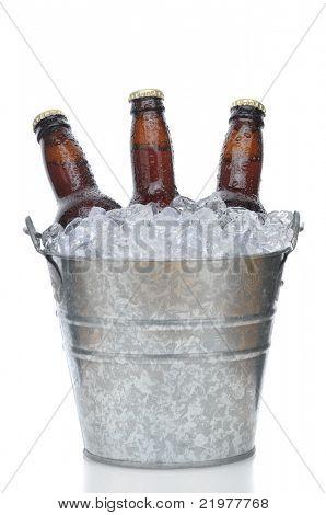 drei braun Bierflaschen in Eiswanne mit Kondensation isoliert auf weiß vertikale Komposition bei