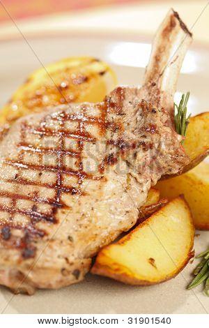 Gegrilltes Fleisch Rippen mit Kartoffeln