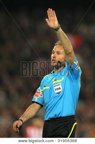 BARCELONA - MARCH, 31: Referee Mateu Lahoz during the Spanish league match against Athletic Club Bilbao at the Camp Nou stadium on March 31, 2012 in Barcelona, Spain