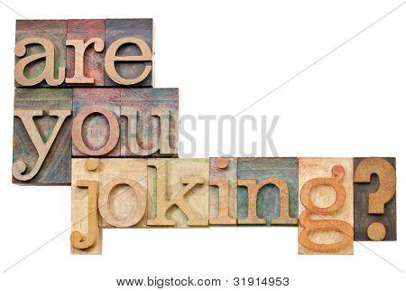 está usted bromeando pregunta - texto aislado en el tipo de madera vintage tipografía
