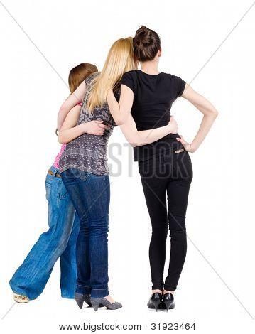 Grupo de mulheres felizes discutindo e observando com interesse de volta. meninas equipe namoradas toge