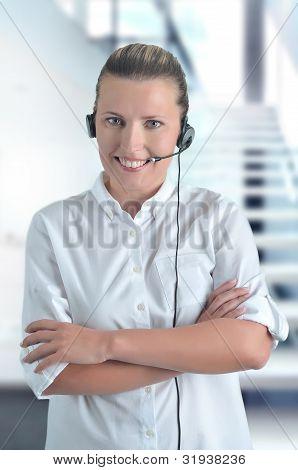 Chica hermosa Blondy con auriculares en Call Center