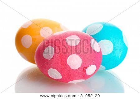 Coloridos huevos de Pascua, aislado en blanco
