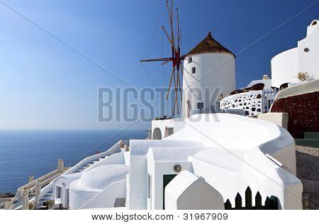 Molino de viento en la isla de Santorini, Grecia