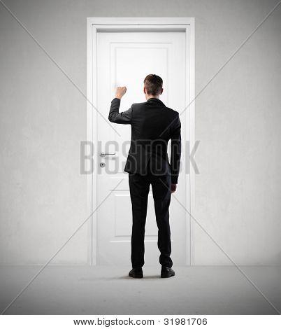 Empresario llamando a una puerta