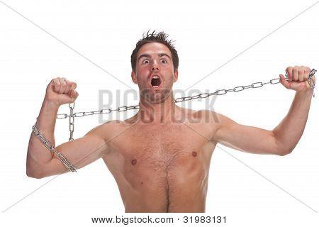 Jovem homem musculoso com uma cadeia