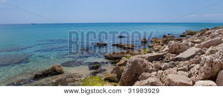 sonnigen felsigen Strand von Mittelmeer