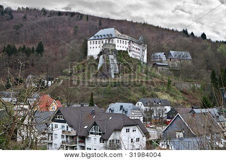 Das Schloss war, dass Bilstein 1202-1225 errichtet auf dem Rosenberg Junker Dietrich II von Gevor gerichtet