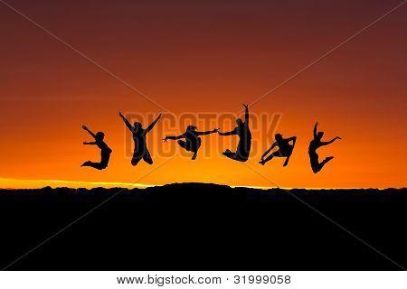 silhueta de amigos saltando no pôr do sol