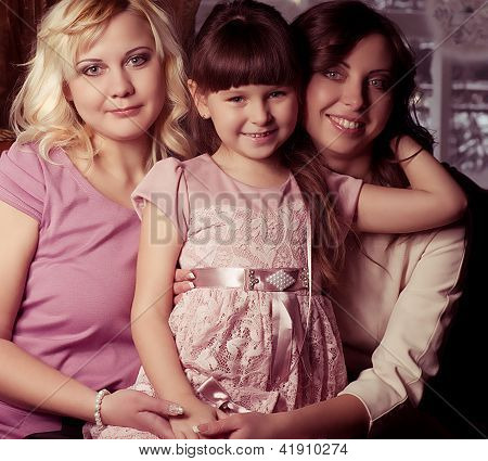 Glückliche Familie, junge schöne Mutter, Tante und ihre kleine Tochter, umarmen