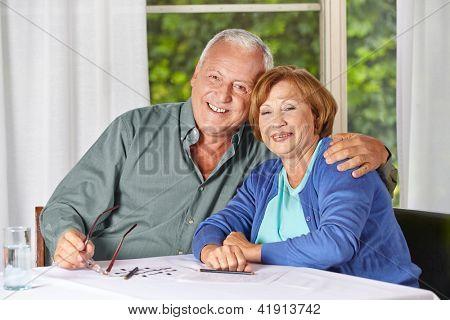 Retrato de la feliz pareja senior viejo en una casa de retiro