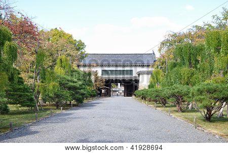 Puerta secundaria a los jardines del castillo de Nijo de Kyoto