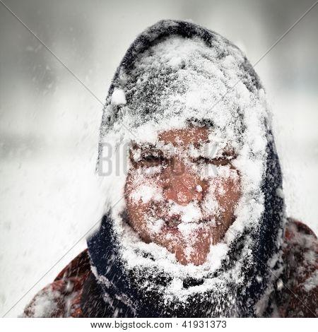 Hombre en tormenta de nieve