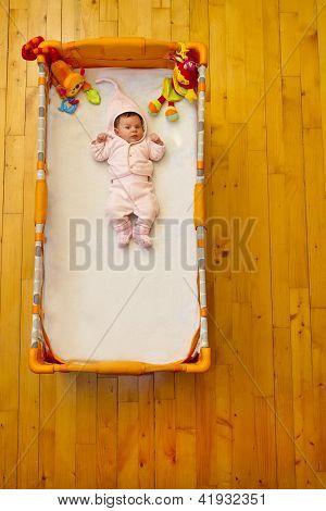 Bebé acostado en su cama