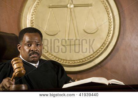 Juez afroamericano sostiene el mazo en sala
