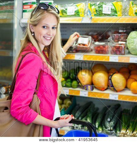 Schöne junge Frau shopping für Obst und Gemüse produzieren-Fachbereich ein Lebensmittelgeschäft/su