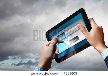 Faça o login com e-mail e senha na tela do computador
