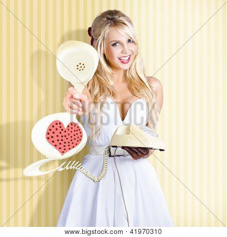 Garota americana na moda Pinup com telefone Retro