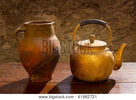 Antik Messing Teekanne auf Jahrgang Holztisch und Ton-jar