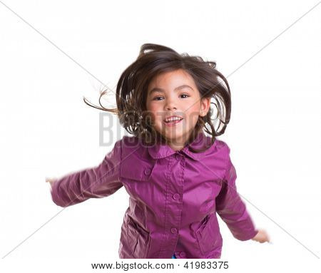 Menina asiática criança pulando feliz com casaco de Inverno roxo passando cabelo branco