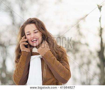 Porträt der lächelnde junge Frau reden Handy im Winter p