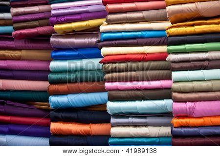 Apiladas coloridas telas
