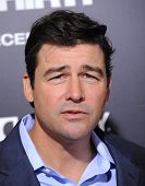 LOS ANGELES - DEC 09:  Kyle Chandler  arrives to the