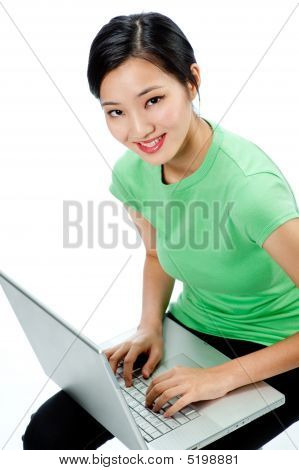 Una mujer asiática atractiva con Laptop