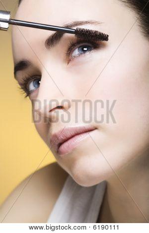 Jovem mulher com delineador para seus cílios